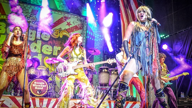 Le groupe complet du Boogie Wonder Band en spectacle avec la chanteuse du groupe en avant plan.