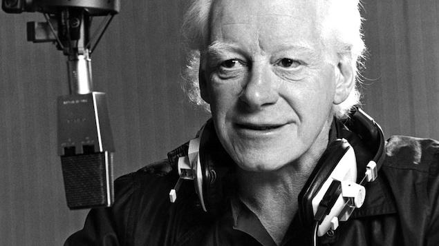 Pierre Bourgault au micro de <em>Plaisirs</em>, en 1986