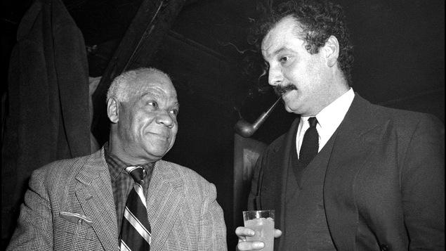 Georges Brassens (à dr.) aux côtés du musicien de jazz Sidney Bechet
