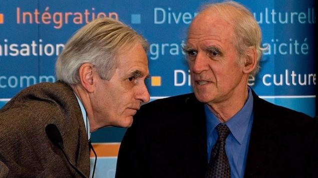 Gérard Bouchard et Charles Taylor discutent ensemble.