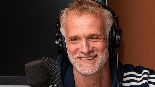 Le cinéaste à la barbe grise sourit à l'animatrice.