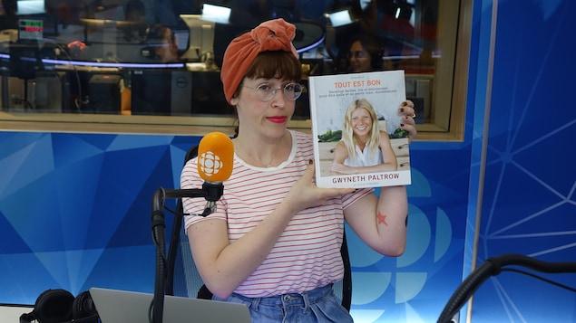 L'humoriste Catherine Ethier présentant le livre «Tout est bon» de Gwyneth Paltrow.