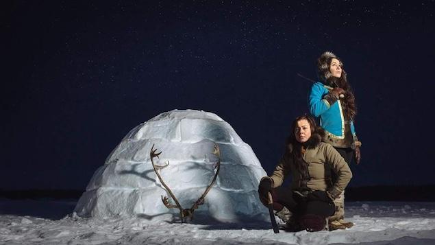 2 femmes inuits près d'un igloo