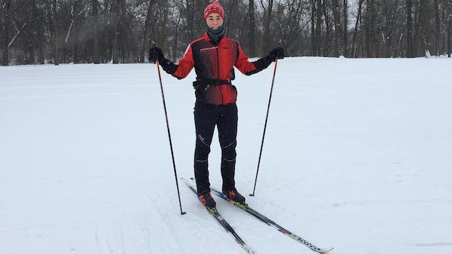 un jeune en ski de fond dans la neige