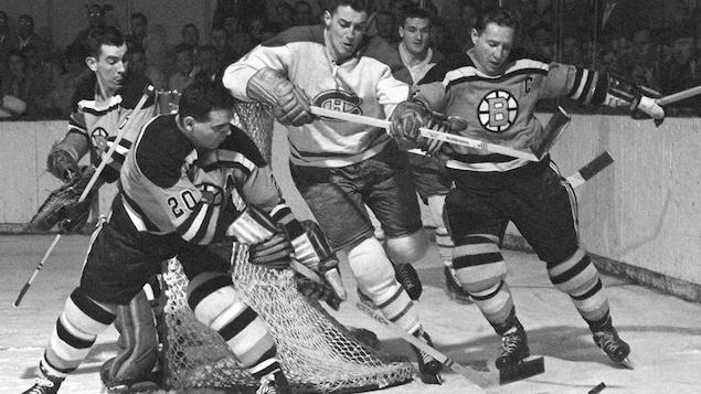Un joueur du Canadien tente d'atteindre la rondelle derrière le but des Bruins de Boston, en 1958.