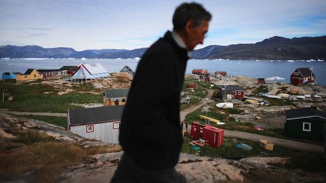 Un homme prend une marche au Groenland.