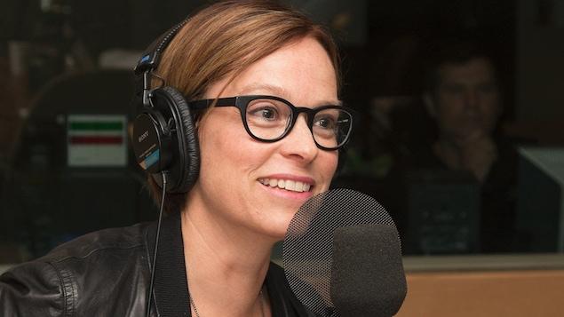 Martine Delvaux répond aux questions de Serge Bouchard et de Jean-Philippe Pleau au studio 17 de Radio-Canada, à Montréal, en septembre 2016.