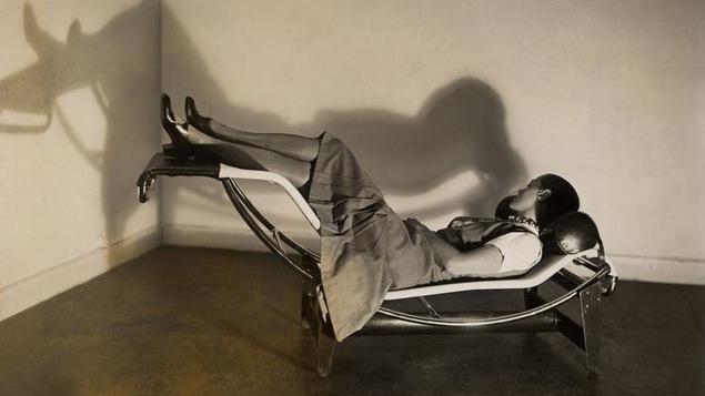 Une femme est couchée sur une chaise longue.