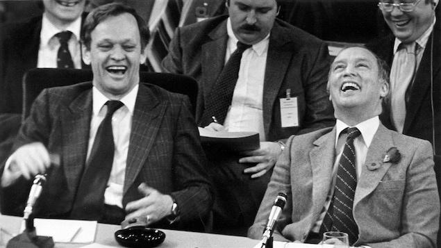 Jean Chrétien, alors ministre de la Justice, avec le premier ministre Pierre Elliott Trudeau, pendant les pourparlers sur le rapatriement de la Constitution, en 1982.