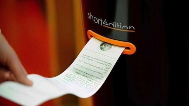 Quelqu'un imprime une histoire grâce à une machine de l'entreprise Short édition.