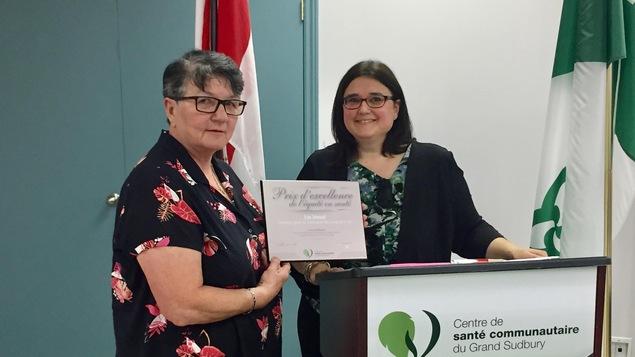 Lise Sénécal et Lynne Dupuis lors de la cérémonie de remise du prix au Centre de santé communautaire du Grand Sudbury