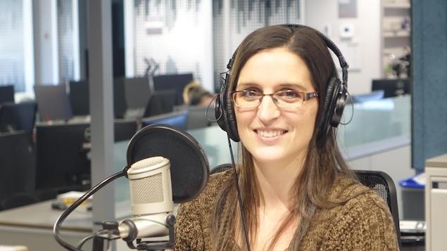 Josée Pharand au micro de l'émission Ça parle au Nord