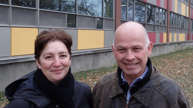France Émond et Simon Ambeault devant une école