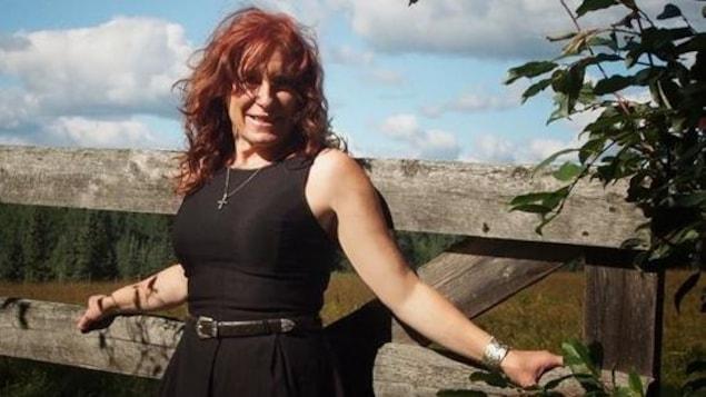Crystal Plamondon est devant une balustrade.