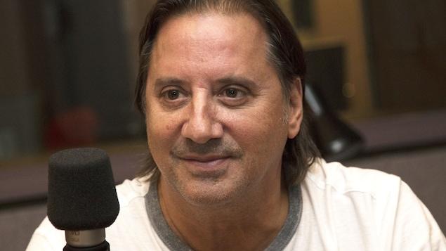 Daniel Vézina assis devant un micro