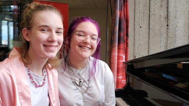 Les deux lauréates au piano face à la caméra