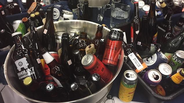 Bacs contenants différentes bouteilles ou cannes de bière