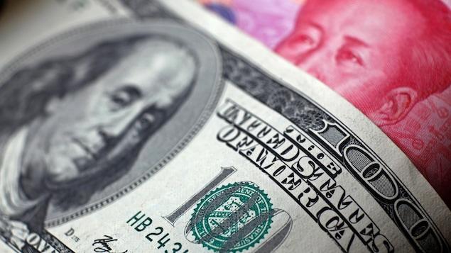 Un dollar américain et un yuan chinois.