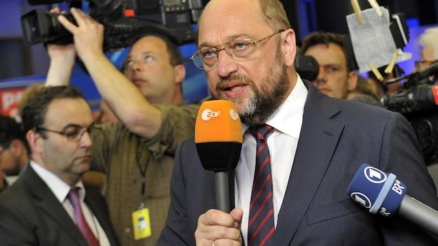 Au congrès du SPD, en Allemagne, Martin Schulz attaque frontalement Angela Merkel
