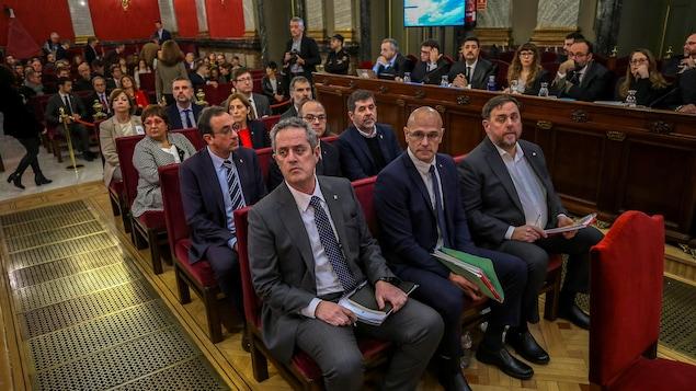 Les douze anciens dirigeants indépendantistes catalans lors du début de leur procès pour rébellion et sédition