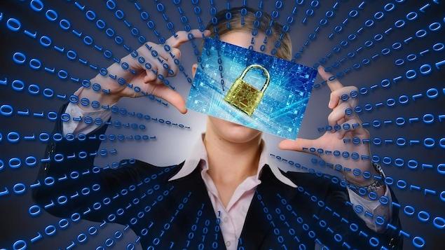 Une personne tient dans ces mains, ce qui ressemble à un téléphone d'où émane des données malgré un cadenas