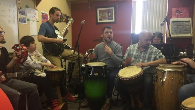Des jeunes handicapés visuels et intellectuels jouant des instruments.