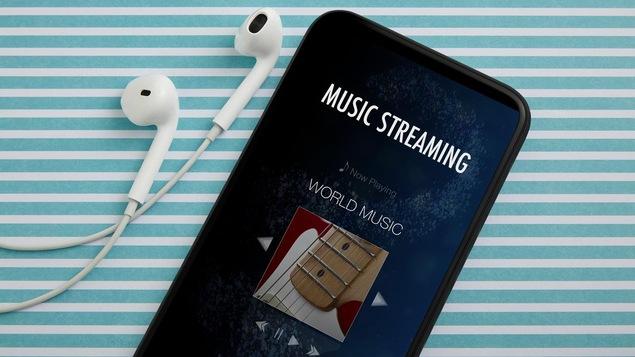 Un téléphone avec des écouteurs et une application de musique en continu