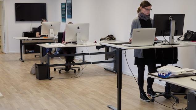 Des employés travaillent à leur bureau.