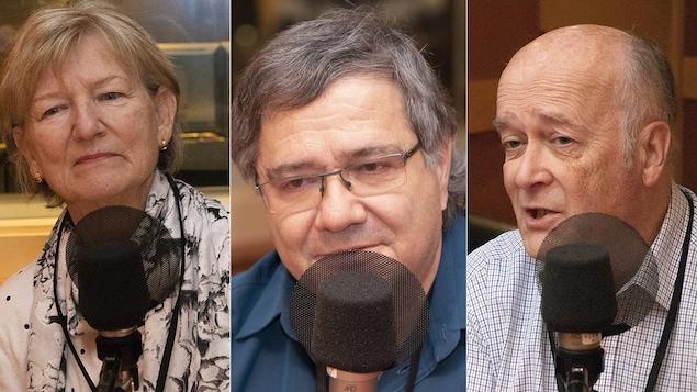 Une femme et deux hommes sont dans un studio devant un micro.
