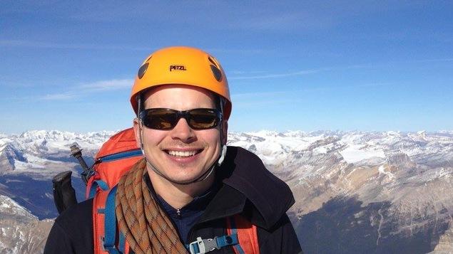 Jean-François Dupras pose au sommet du mont Victoria dans le Parc national de Banff