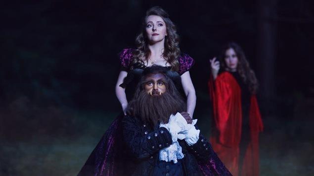 Mise en scène de trois personnages, tirée de l'opéra la Belle et la Bête.
