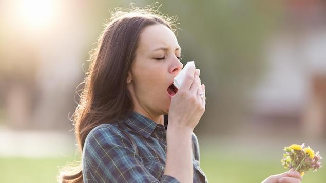 Une femme souffre d'une allergie.