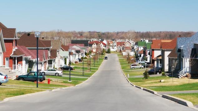 La rue d'une banlieue.