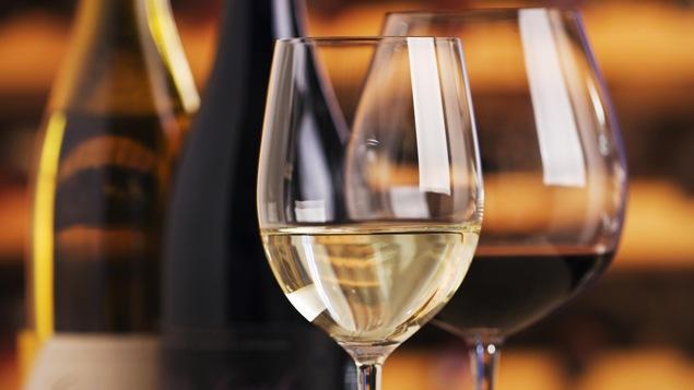 Deux bouteilles de vin déposées sur une table.