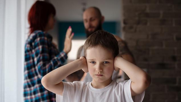 Il est important pour les parents d'éviter les conflits ou les discussions animées en présence de leurs enfants, souligne Karine Joly.