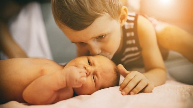 L'arrivée d'un deuxième enfant dans une famille peut être la source de stress pour l'aîné.