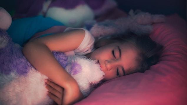 Les parents doivent aussi s'assurer que leur enfant dort suffisamment d'heures par nuit.