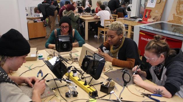 Des jeunes participent à un atelier d'échoFab.