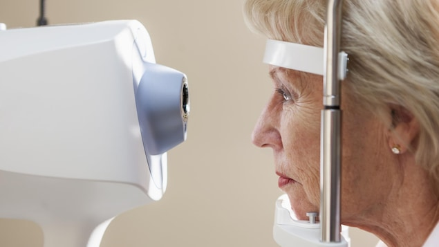 Une femme passe un examen de la vue.