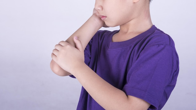 Un jeune garçon éprouve du mal à son coude droit.