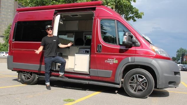 Julien Roussin Côté pose fièrement devant son nouveau véhicule motorisé, qu'il s'est procuré en mai. « Il a déjà 20 000 kilomètres! », dit-il.