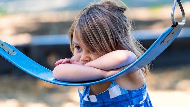 Une fillette se terre dans le mutisme.