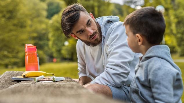 Un jeune père est en discussion avec son fils.