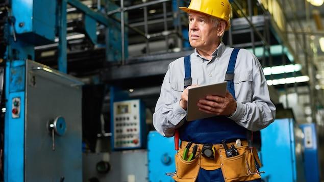 Un travailleur dans une usine