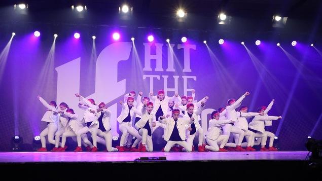 Des membres de l'école de danse Christine Bourque sur scène lors de la compétition Hit the floor à Lévis