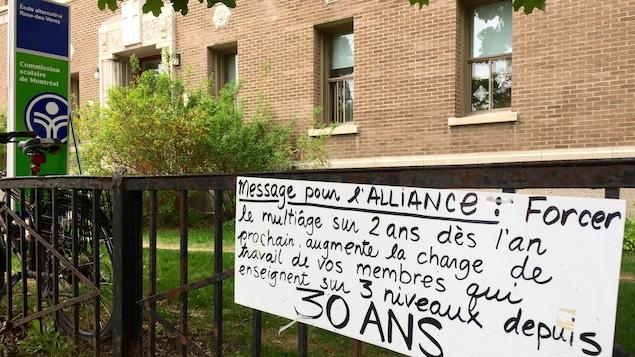 Un message placé devant l'école alternative Rose-des-Vents à Montréal où des parents et des professeurs manifestent pour sauver des classes multiniveaux.