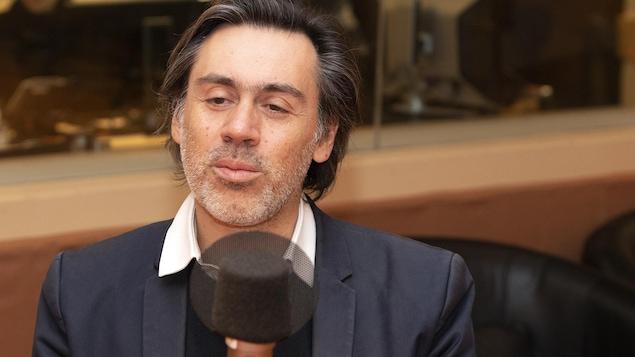 L'acteur et réalisateur français Emmanuel Mouret est dans un studio de radio.