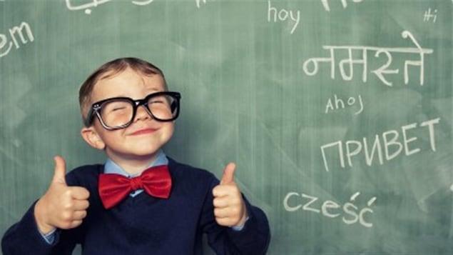 Les enfants bilingues ont non seulement une plus grande flexibilité cognitive que les enfants unilingues, mais ils sont notamment meilleurs que leurs camarades unilingues à un certain type de contrôle ou de discipline mentale.