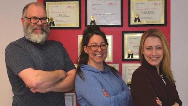 De gauche à droite : le rédacteur en chef et journaliste Éric Cyr, la graphiste et conseillère publicitaire Lynda Raiche et l'adjointe administrative Suzanne Caron