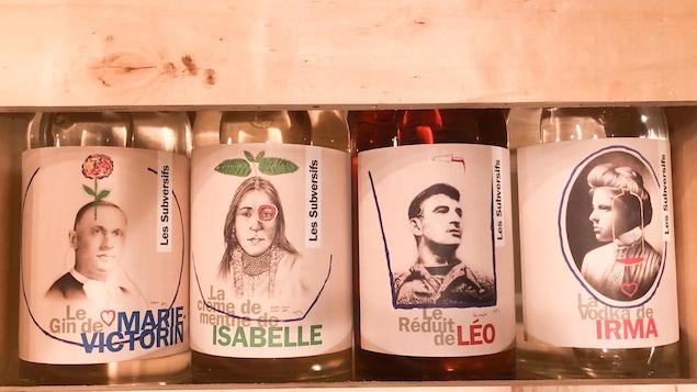 Quatre bouteilles portes des noms de personnalités avec leur photo sur l'étiquette.